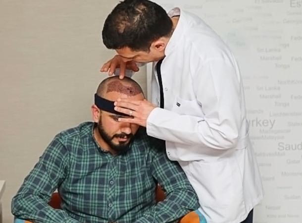 Dr. Ibrahim bei der Nachuntersuchung an einem Patienten