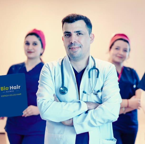 Spezialist für die Haartransplantation Dr. Ibrahim und sein Team im Hintergrund