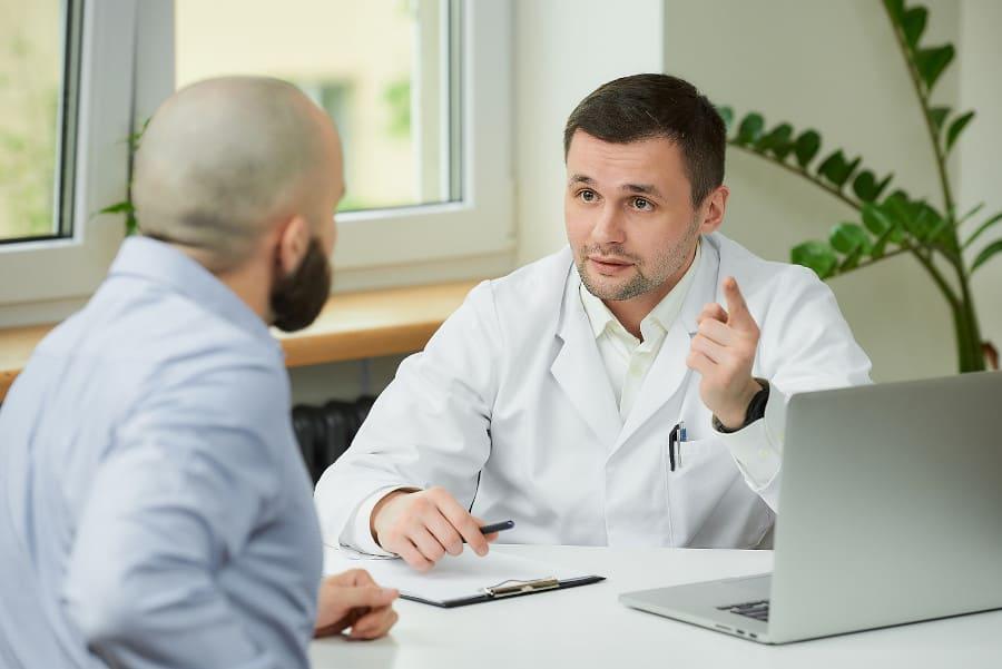 Mann fragt Experten, wie lange er nach Haartransplantation arbeitsunfähig ist.