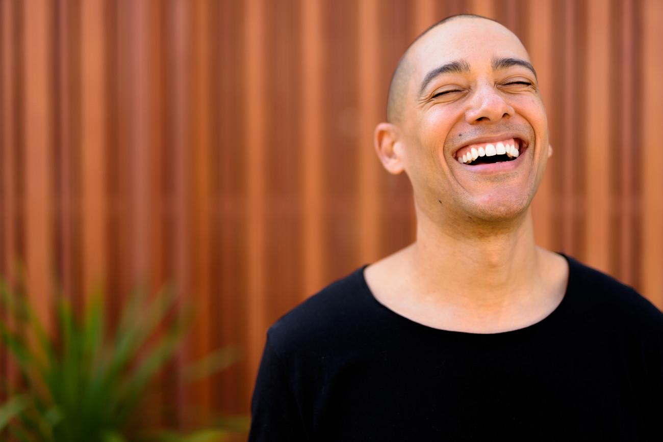 Mann mit Glatze lacht.