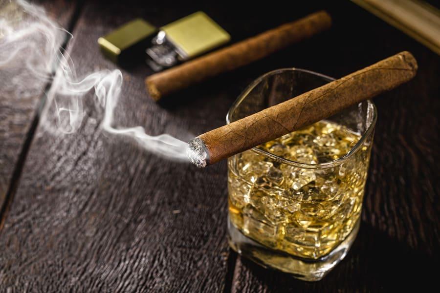 Glas mit Alkohol und Zigarre - besser nicht, damit Haartransplantation dauerhaft ist