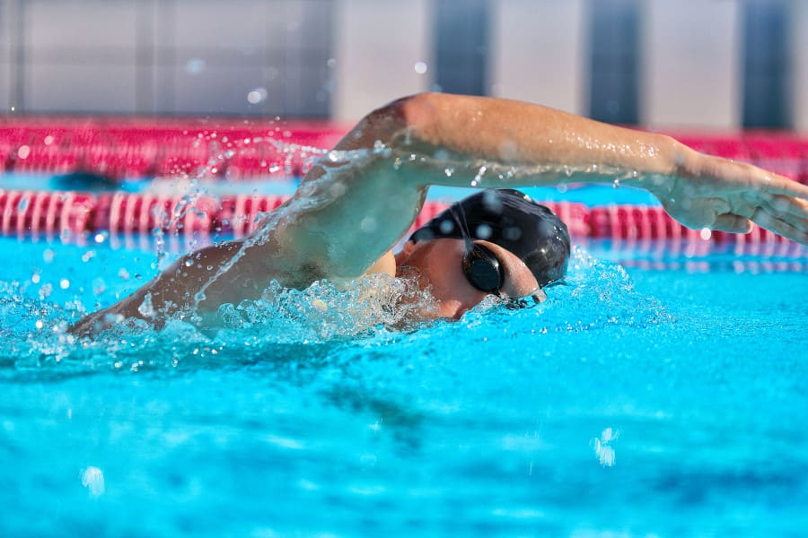 Mann schwimmt, gehört nicht in den Haartansplantation ablauf danach
